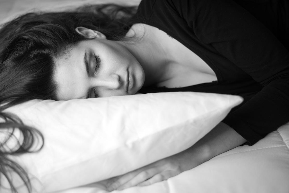 жена спи на неудобен матрак